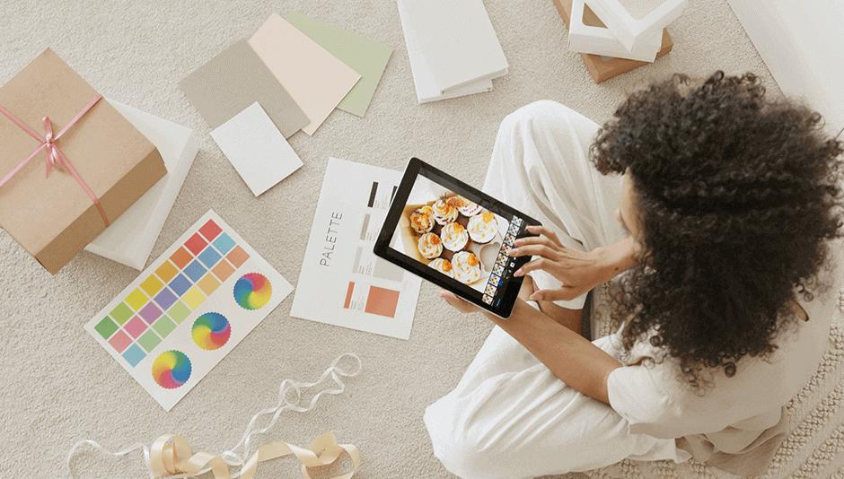 mujer con tablet seleccionando colores