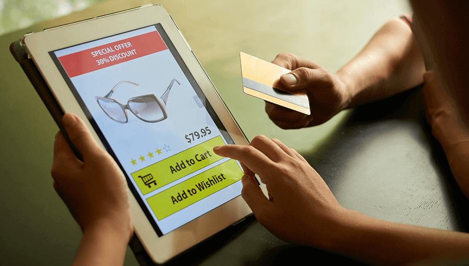 persona comprando por tienda online